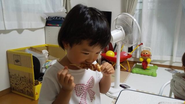 娘も焼き鳥を食べる