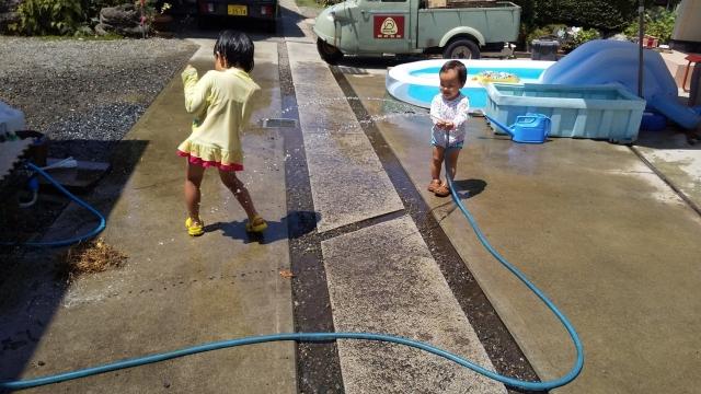 息子、ホースの先で水を飛ばす方法を思いついたらしい