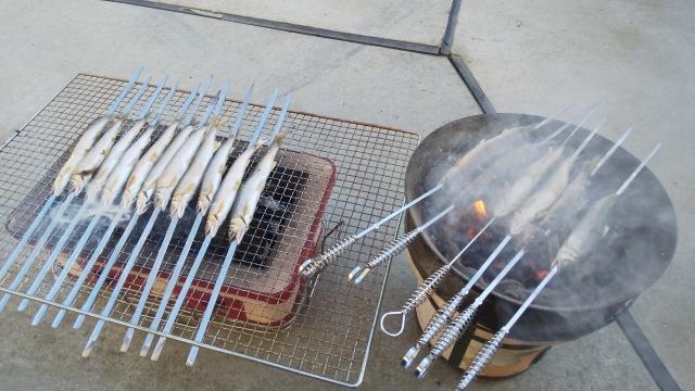 17尾の鮎を炭火で焼きます