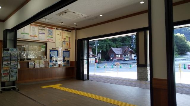 平湯バスターミナルの券売所・待合室