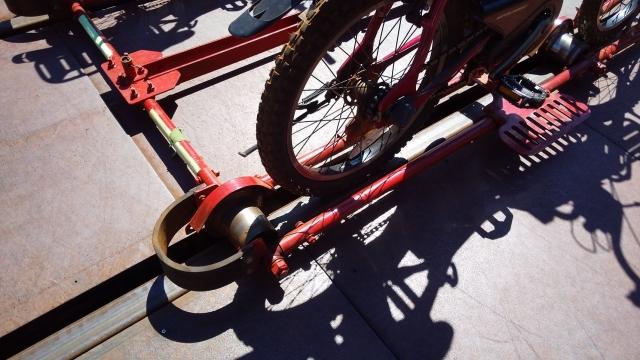 自転車の後輪で直にレールを蹴ります