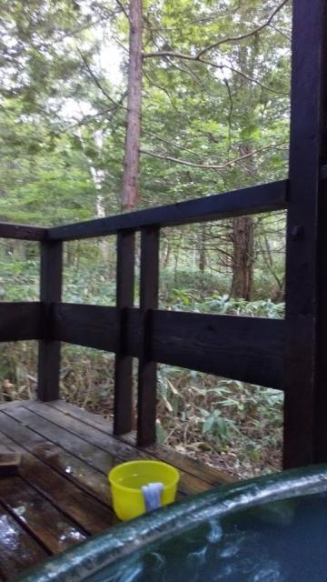 ひらゆの森 一番奥のコテージの風呂の外は原生林