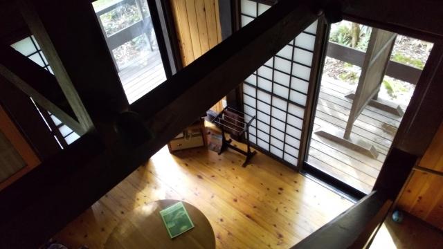 ひらゆの森 一番奥のコテージの二階・ロフトから下を見る