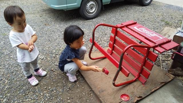 娘もコーラベンチに色を塗ります