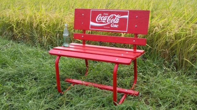 仕上がった小さなコーラベンチを田んぼに持っていってみました