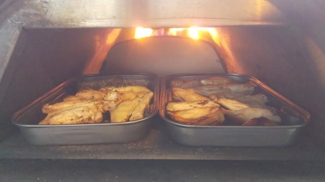 手羽中も焼きます。にんにく使った大人味と、醤油とみりんの子供味