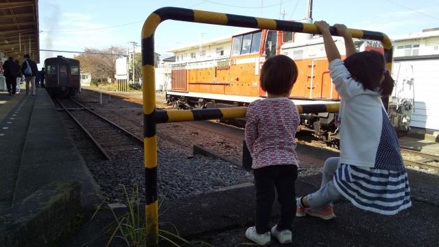 列車に乗り込む前の子供たち