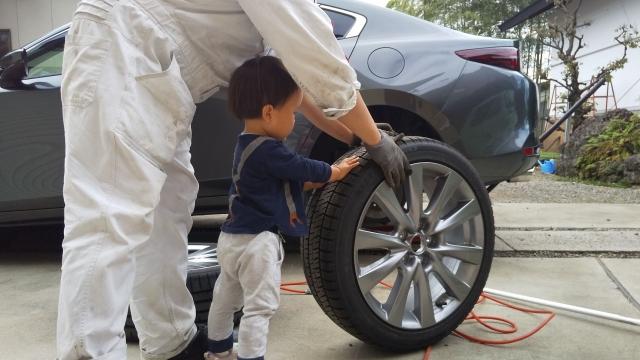 息子もタイヤ交換を手伝ってくれました
