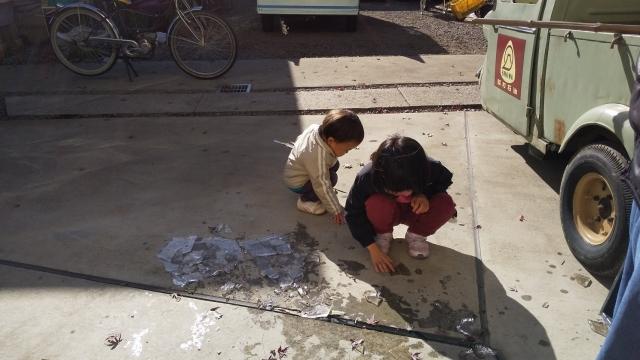 氷で遊ぶ子どもたち