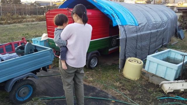 とりあえずの格納庫に入れたアペを見るカミさんと息子