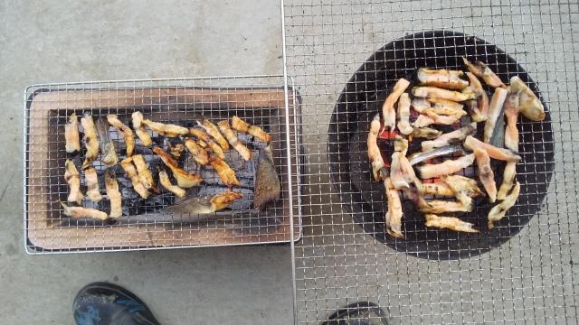 新巻鮭の骨を炙る