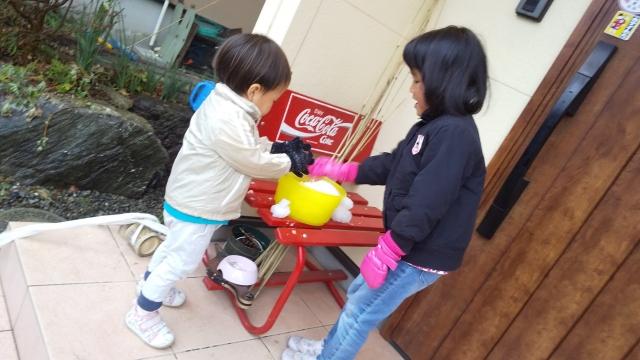 ケロリン桶の雪で遊ぶ子供たち