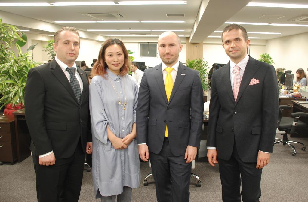 0001p1_ゼンマーケットを共同で創業したビヤチェスラブ・スロベイさん(左端)、アンドリイ・ナウモブさん(左から3人目)ら4人=大阪市西区