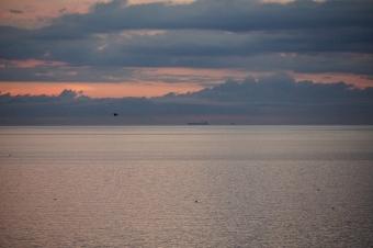 朝日 沖を通る貨物船