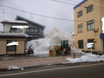 個人経営店の駐車場の雪