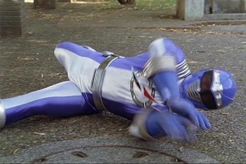 戦隊ヒーロー、ボウケンブルー(透け面)が風のシズカのカンフーにやられる