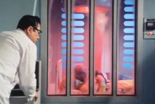 冷凍ガスでやられた戦隊ヒーロー、ゴーグルブルーとゴーグルイエローを解凍。