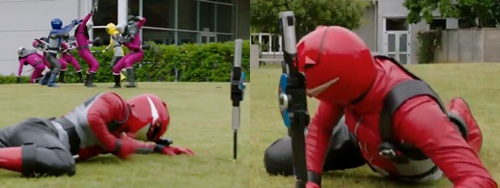戦隊ヒーロー、レッドバスターがやられてマスクを破壊される。