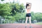 陸上選手の女性ストレッチ