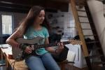 ストラトキャスターを弾く女性の画像
