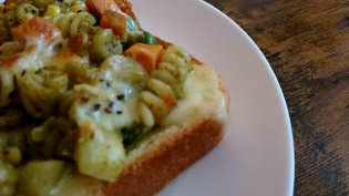 20201219野菜とジェノベーゼとフリッジとチーズのトースト。
