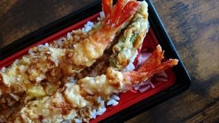 20201130スーパーのお弁当で海老天重とからし菜のおひたし(すり胡麻)。