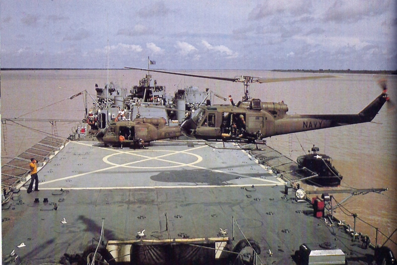 1200px-UH-1E_HAL-4_LST-821_Oct1967.jpg