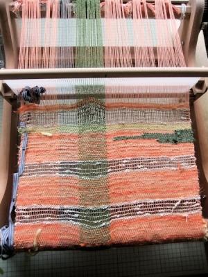 裂き織りストール制作中