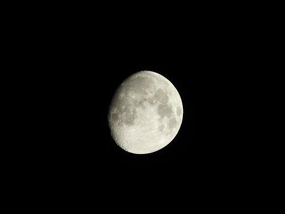 P1000_Moon_1000mm.jpg