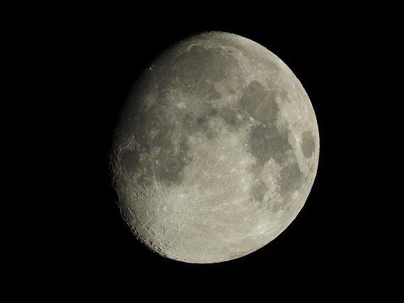 P1000_Moon_2000mm.jpg