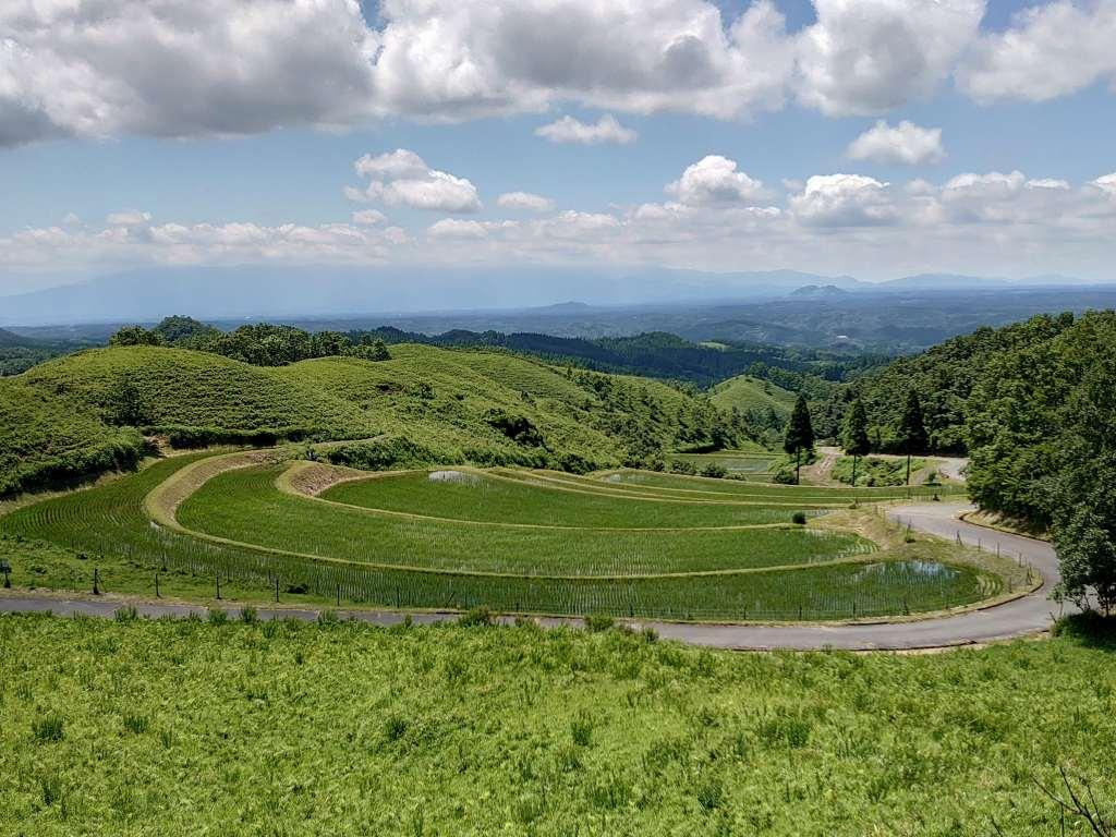 「扇棚田(熊本県産山村)」日本棚田百選!三本杉と祖母山も見渡せる山間の絶景