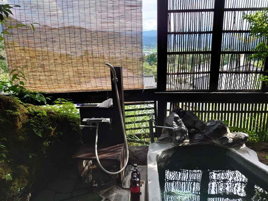 大分県☆由布院の旅館「御宿 八遇來 」お部屋と露天から望む!気持ちがいい由布院のまちなみ