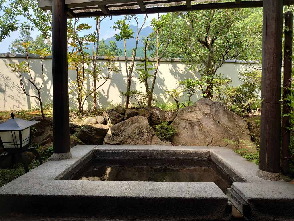 大分県☆由布院の旅館「開花亭」由布岳を臨む露天付き離れ客室!お食事は個室で