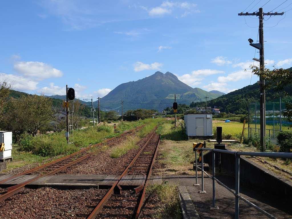 「南由布駅(大分県由布市)」真っすぐ延びる線路の奥に見える由布岳!癒し絶景の駅