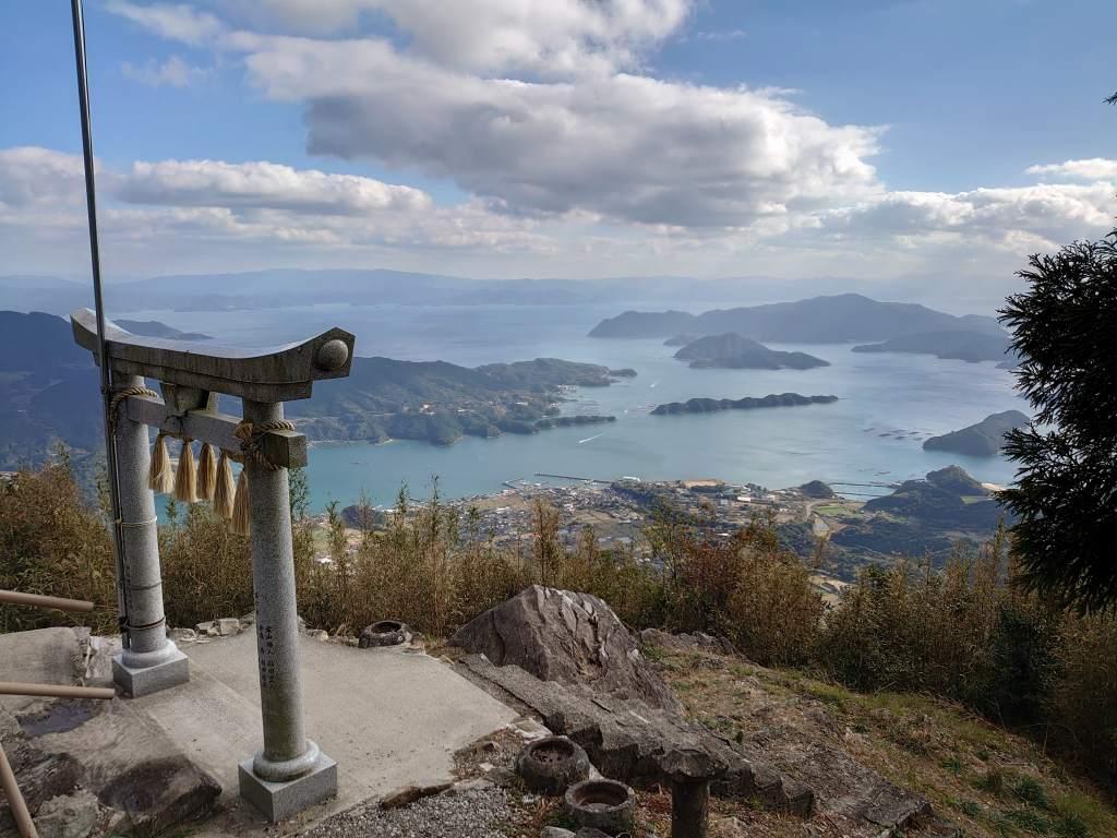 「倉岳(熊本県天草市)」天草の絶景スポット!倉岳神社の鳥居越しに広がる御所浦