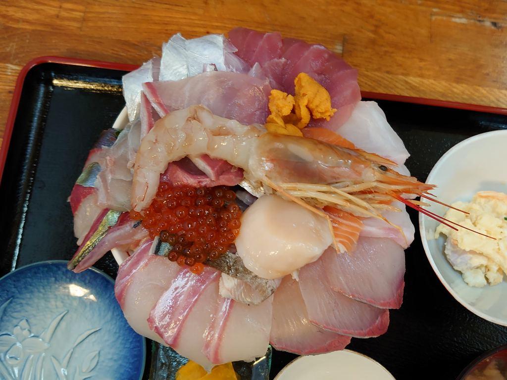 「食彩 岬(大分県大分市)」えっ、このボリュームで一人前ですか!の海鮮丼と特選海鮮丼