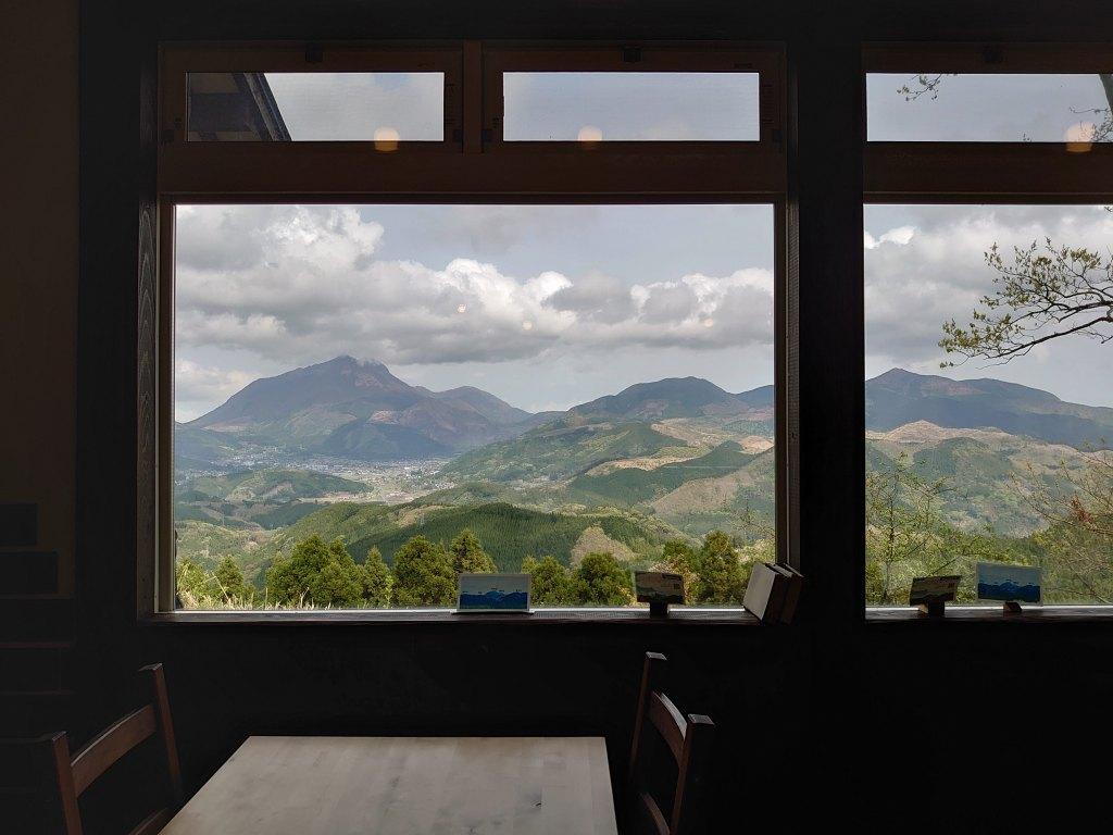「森のSobaCafe ゆふそら(大分県由布市)」由布盆地と由布岳のパノラマ!雨上がりの澄んだ絶景とランチ