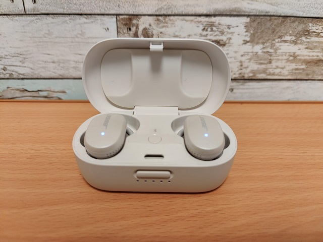 「Bose QuietComfort Earbuds」ケースオープン
