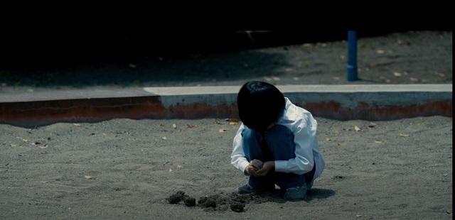 砂場にたたずむ謎の少年