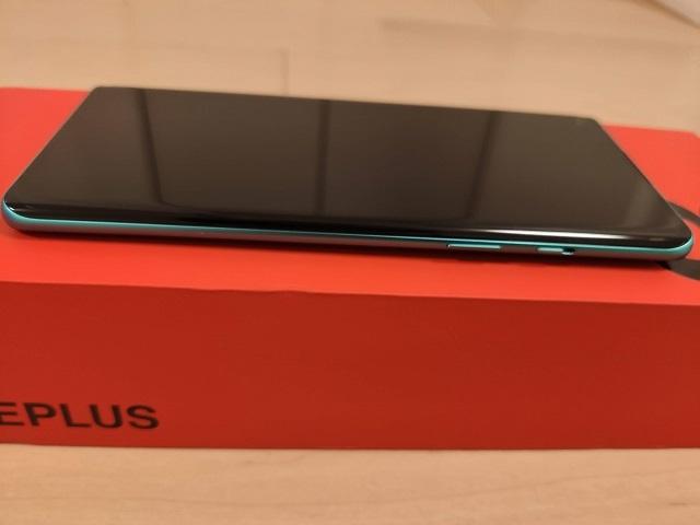 「OnePlus 8」の右側面