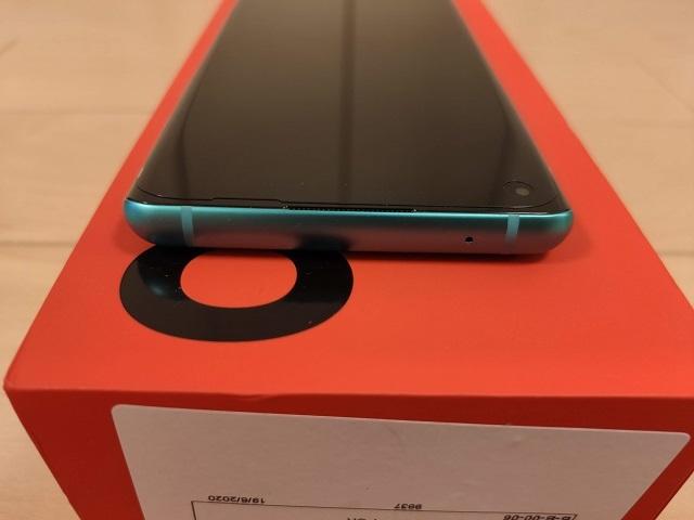 「OnePlus 8」の上側面