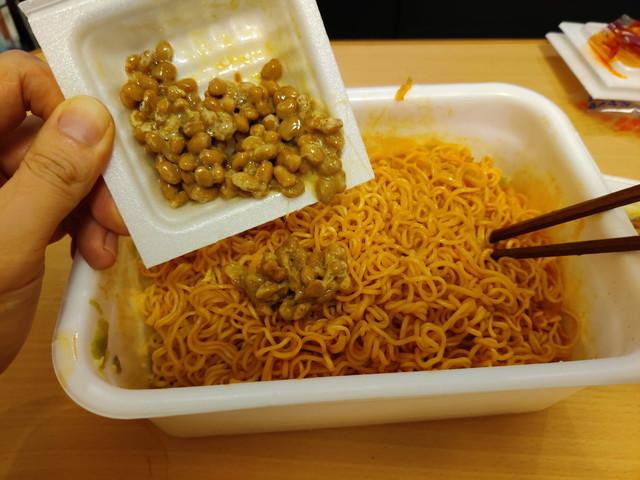 ペヤング 超超超大盛GIGAMAX 納豆キムチ味追い納豆を投入